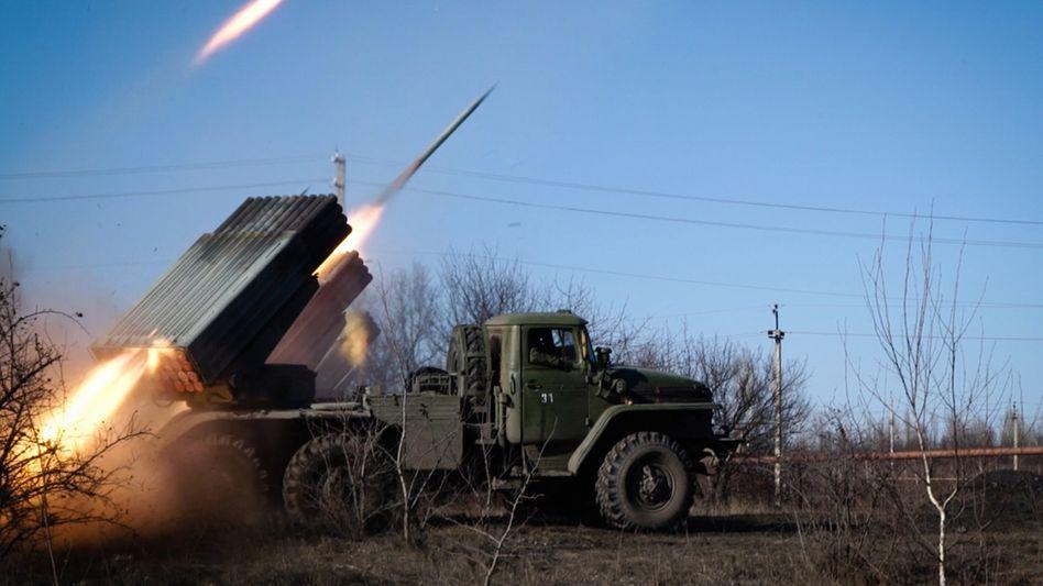 Noch gehen die Kämpfe unvermindert weiter: Raketenwerfer der Separatisten nahe Debalzewe am Freitag