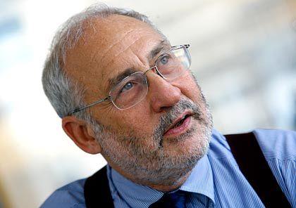 Joseph Stiglitz (Jahrgang 1943) zählt zu den großen Ökonomen der Gegenwart. Er lehrt an der New Yorker Columbia-Universität. In den 90er Jahren war er Wirtschaftsberater von US-Präsident Clinton. Von 1997 bis 2000 arbeitete Stiglitz als Chefökonom der Weltbank, die er im Streit um den richtigen Weg im Kampf gegen Armut verließ. Sein wissenschaftliches Spezialgebiet ist die Theorie des Marktversagens. Für die Analyse von Märkten mit ungleicher Verteilung von Informationen erhielt er im Jahr 2001 gemeinsam mit George Akerlof und Michael Spence den Wirtschaftsnobelpreis.