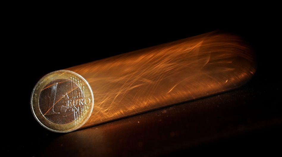 Euro-Münze: Aus Inflation wird Deflation. Aus Wachstum wird Schrumpfung. Aus Sparzinsen werden Strafgebühren