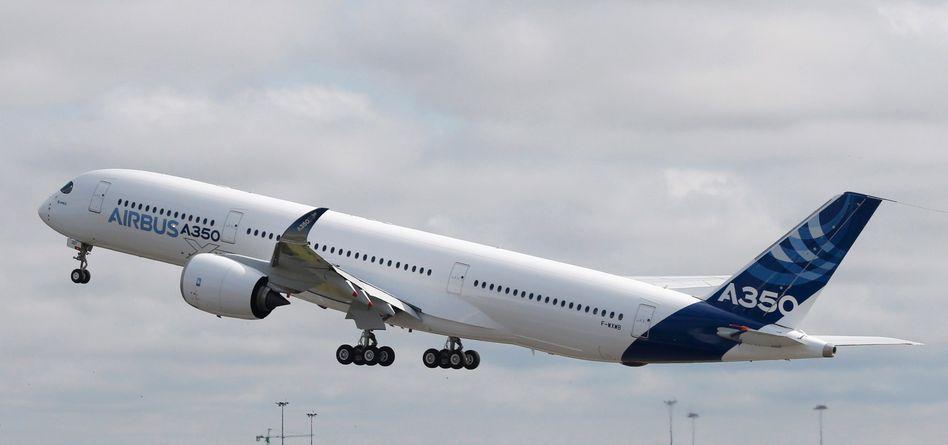 Abheben zum Testflug: Unter den Blicken von 10.000 Mitarbeitern und Besuchern hob am Freitagvormittag der neue Airbus 350 zum Testflug ab