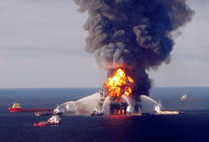 Löschaktion an der Bohrinsel Deepwater Horizon: Nach einer Explosion war die Plattform in der vergangenen Woche gesunken, seitdem strömt Öl aus einer Unterwasserquelle