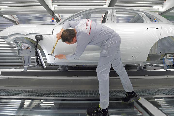 Porsche-Produktion in Leipzig: Der Sportwagen-Hersteller will die Produktion eine weitere Woche ruhen lassen