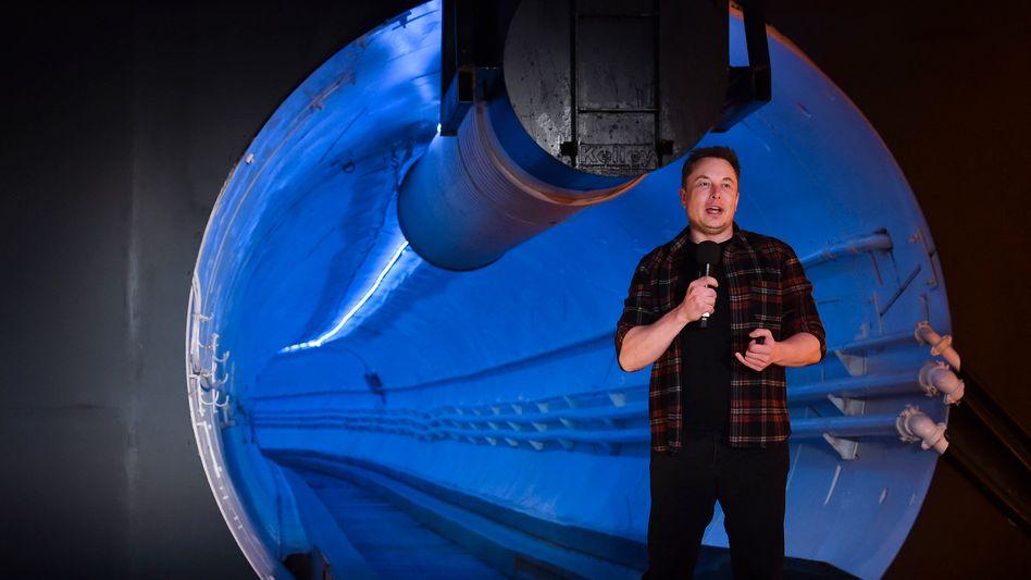 Mann im Tunnel: Tesla-Chef Elon Musk hat den ersten Test-Tunnel für das unterirdische Verkehrsprojekt Hyperloop vorgestellt