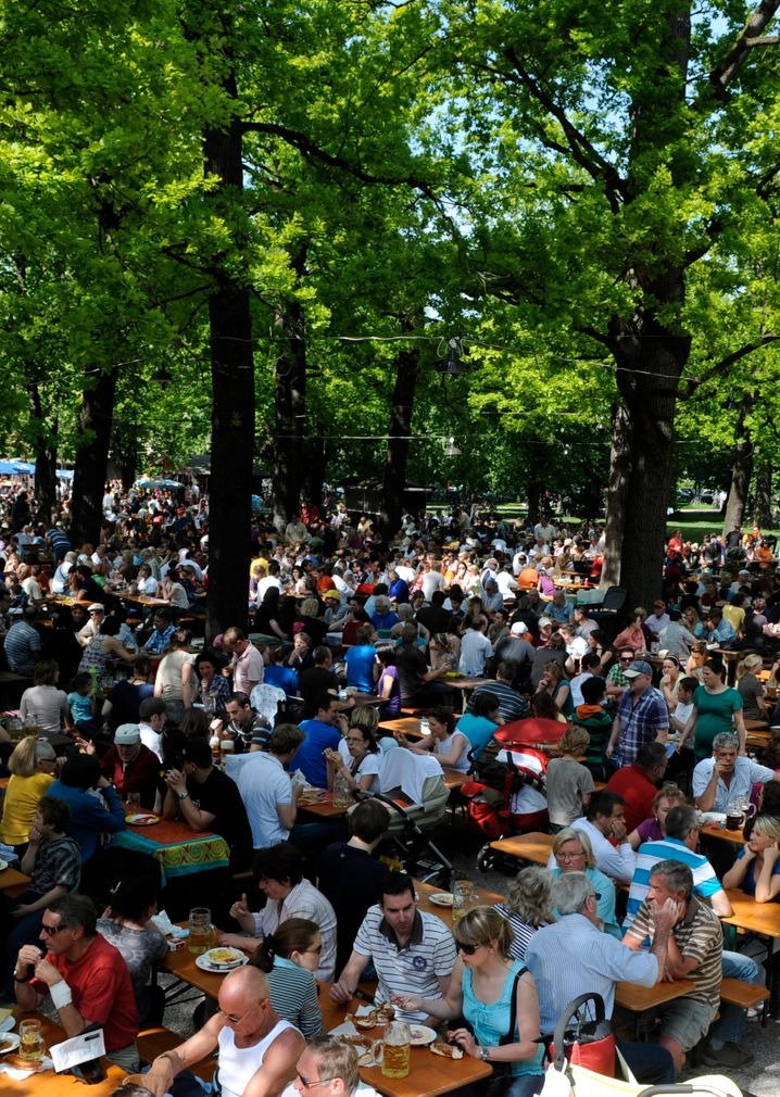 Biergartenbesucher im Hirschgarten: Der größte Biergarten Münchens