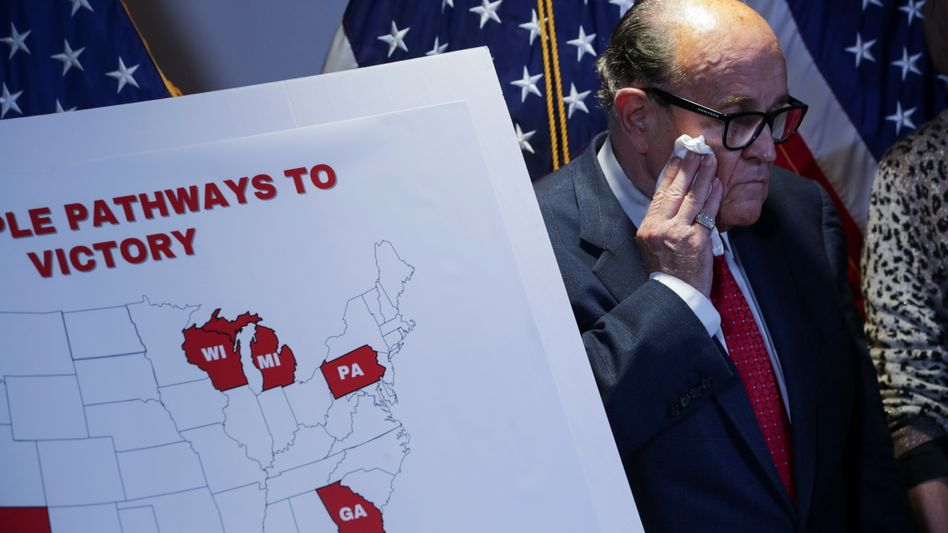 Mut der Verzweiflung: Donald Trumps Anwalt Rudy Giuliani erklärt die Strategie auf einer Pressekonferenz am Donnerstag