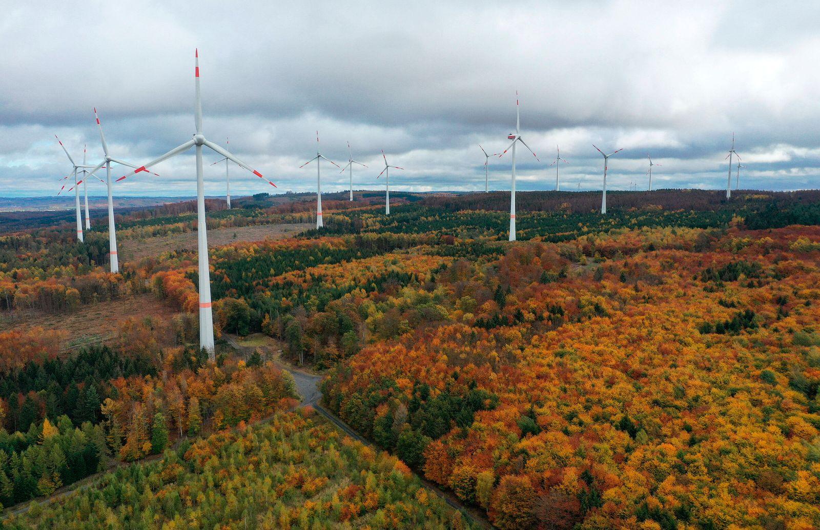 M¸ndersbach Themenfoto: Herbst, 28.10.2020 Der Windpark Hartenfelser Kopf bei der Ortschaft M¸ndersbach im Westerwald, T