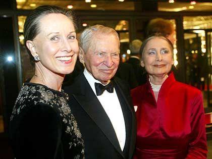 Spendabel: Werner Otto, und Ehefrau Maren (l.) betreten mit Organisatorin Irina Pabst die AIDS-Gala in der Deutschen Oper in Berlin