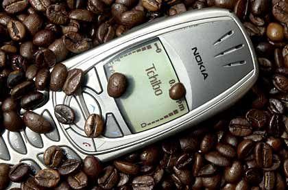 2004: Tchibo stockt seinen Beiersdorf-Anteil auf über 50 Prozent auf. Zudem übernehmen die Hanseaten den französischen Versender NWMC. Erstmals werden auch Handyverträge angeboten.