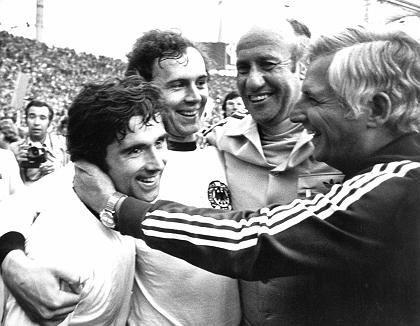 """""""Ich laufe nicht dorthin, wo der Ball gerade ist, sondern dorthin wo er in zwei, drei Spielzügen sein wird.""""Fußballer Franz Beckenbauer (1974 nach dem Gewinn der Fußball-Weltmeisterschaft)"""