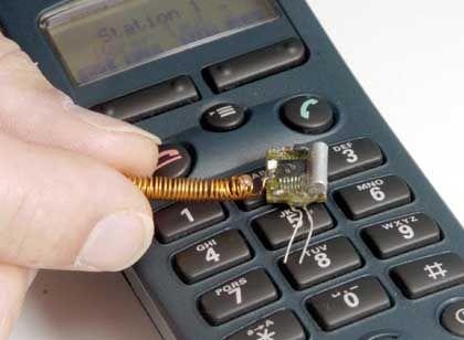 Hightech: Eine Wanze, wie sie sich leicht in einem Telefonhörer verstecken lässt