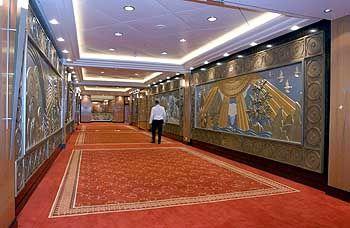 Auf dem Flug in die Große Lobby: Die Mannschaft des größten Kreuzfahrtschiffs der Welt zählt rund 1250 Köpfe