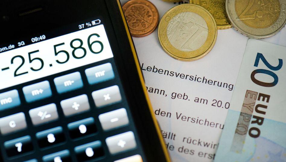 Zusehends weniger: Lebensversicherer werden in diesem Jahr bis zehn Milliarden Euro zurücklegen, um Garantien abzusichern. Das Geld fehlt den Kunden bei der Gewinnbeteiligung