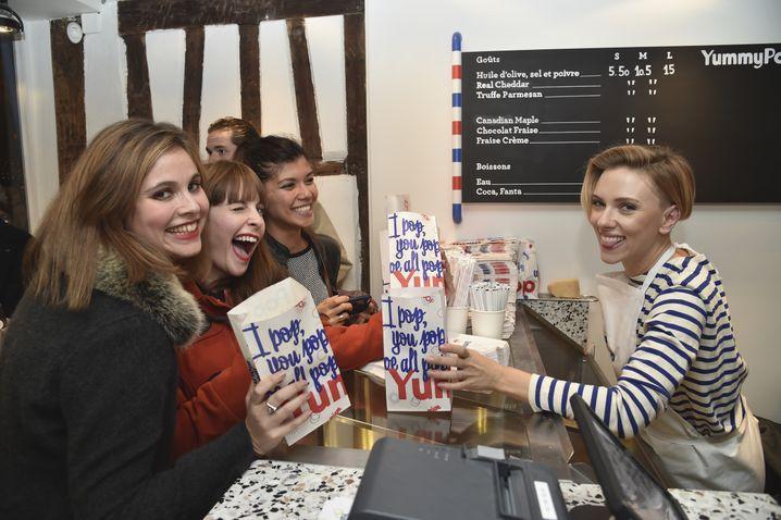 Guck mal, wie viel Spaß wir hier alle haben: Scarlett Johansson beim Popcorn-Servieren