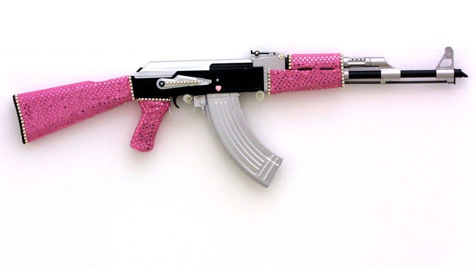 Bilder von der neuen Modekollektion, die der Waffenhersteller Kalaschnikow herstellen will, gibt es erst im Herbst. Das berühmte Sturmgewehr AK-47 hat früher schon andere Gebiete inspiriert - wie den italienischen Künstler Antonio Riello, der vor 14 Jahren in Berlin diese verzierte Variante als Kunstobjekt ausstellte.