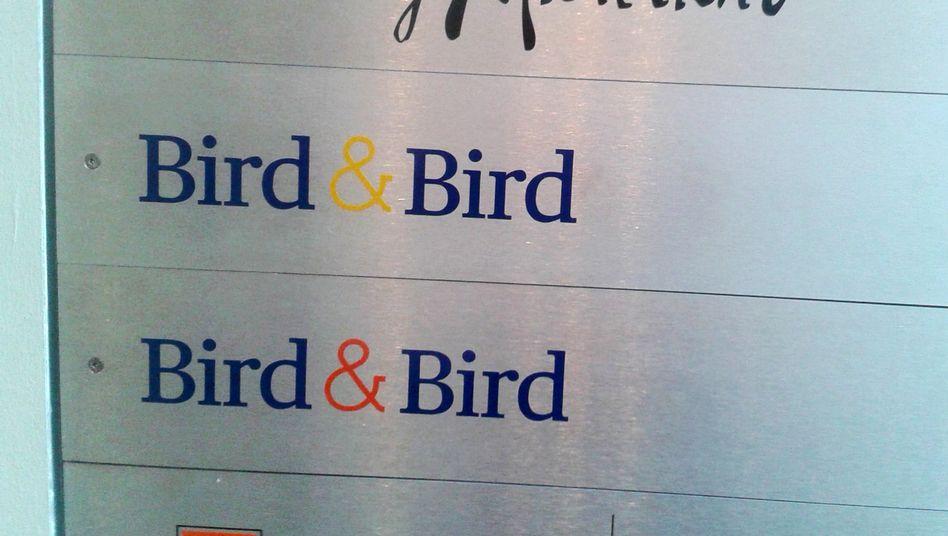 Firmenschilder von Bird & Bird: Die Kanzlei sieht sich schwerwiegenden Anschuldigungen gegenüber - und will sich zur Wehr setzen