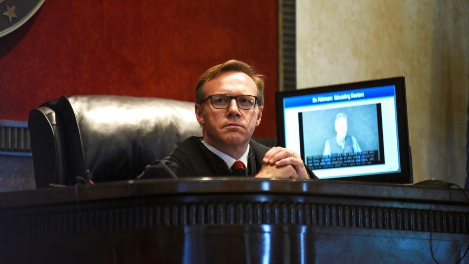 """""""Vorübergehendes öffentliches Ärgernis"""": Richter Thad Balkman verurteilte Johnson & Johnson wegen der Opioid-Epidemie."""