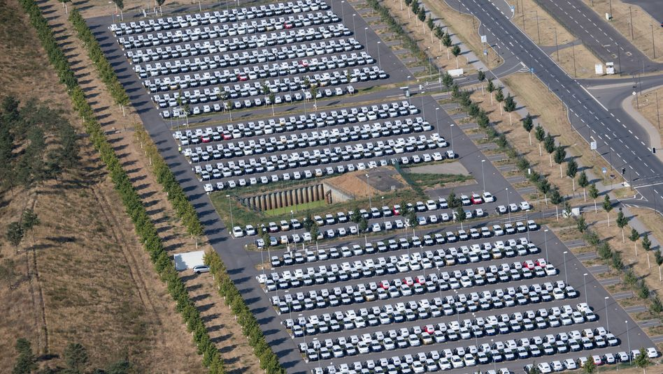 Wegen WLTP nicht zugelassene Volkswagen-Autos am Berliner Flughafen BER