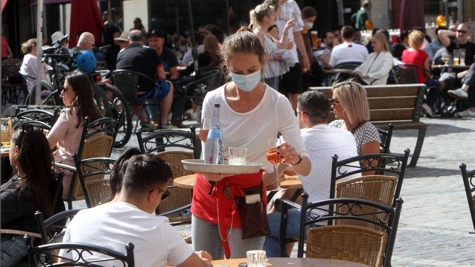 Gastronomie wieder offen: Doch Personal ist knapp, denn viele Arbeitskräfte der Krisenbranche sattelten offenbar um