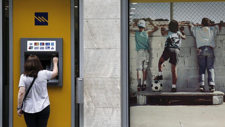 """Bankautomat in Athen: """"Griechenland sollte Banken vorübergehend schließen und Kapitalverkehrskontrollen einführen, völlig unabhängig davon, ob das Land in der Euro-Zone verbleiben kann oder nicht"""""""