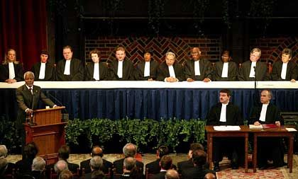"""""""Die für die Entwicklung eines globalen generalisierten Vertrauens relevanten Institutionen sind noch im Aufbau."""" Rede von UN-Generalsekretär Kofi Annan zur Eröffnung des Internationalen Gerichtshofs am 11. März 2003"""