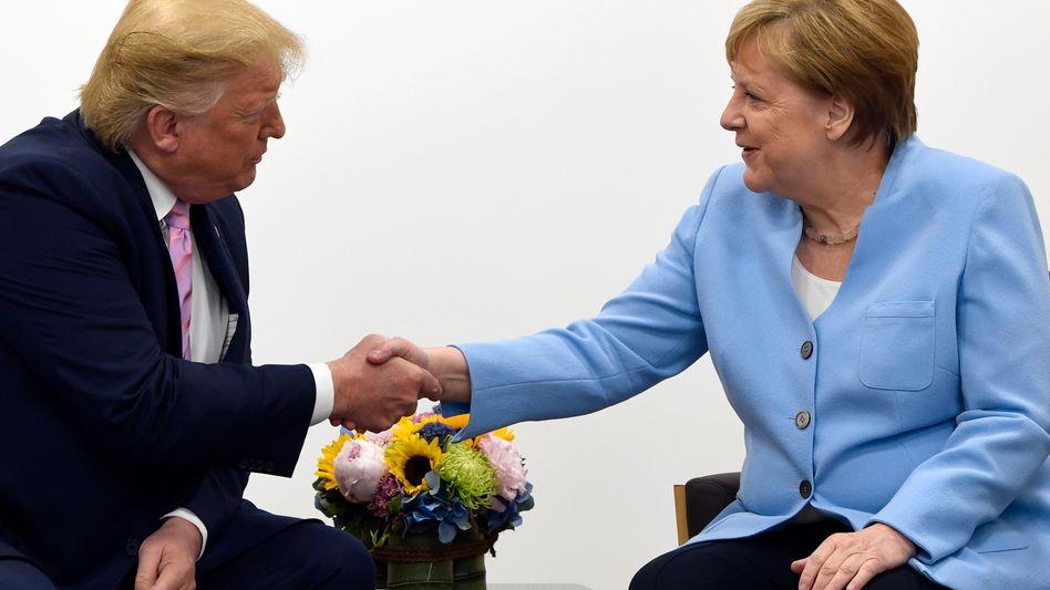 Freundlicher Handschlag in Osaka: Trump und Merkel
