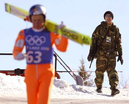 Patrouillengang im Schnee: Auf einen Athleten kommen vier Sicherheitskräfte