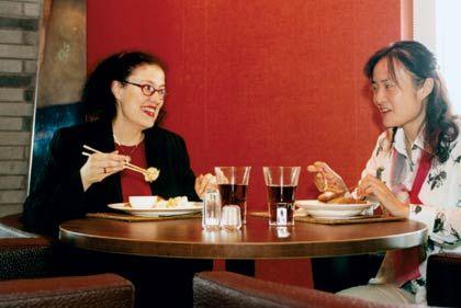 Speisen: Trumpf-Managerin Eva Schwinghammer isst und spricht Chinesisch - und versteht so langsam die Chinesen