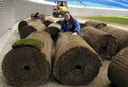 Maßarbeit: 12 Meter lang und 1,2 Meter breit sind die Rasenrollen