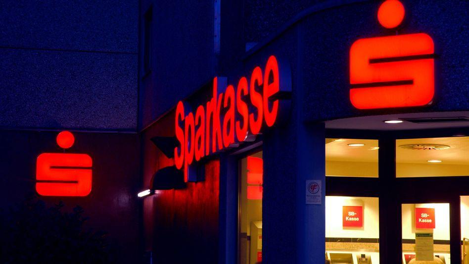 Unter rotem Logo: Die Sparkassen hätten gern einen starken Versicherungsblock.