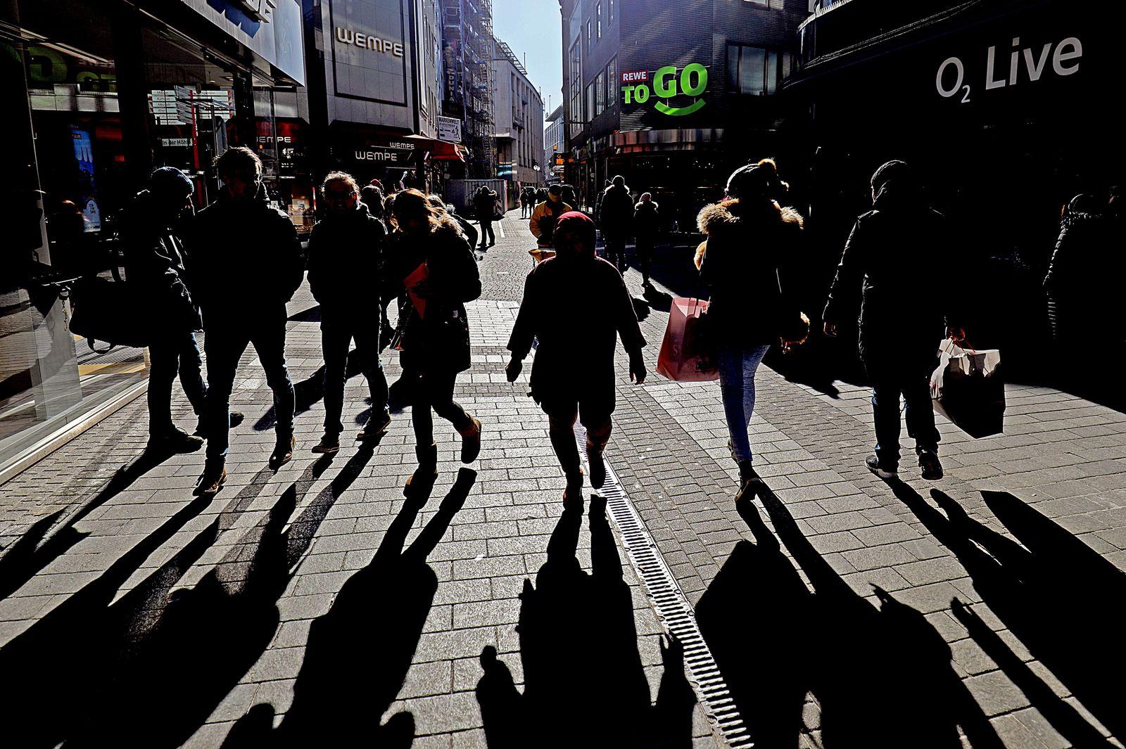 Deutschland / Passanten / Schatten / Konsum