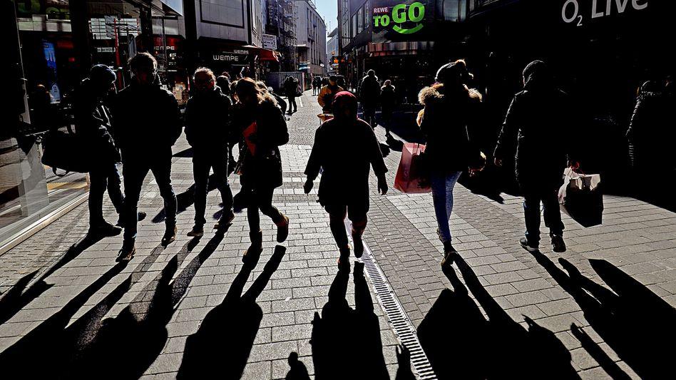 Passanten in einer Einkaufsstraße: Hessen will ab Samstag Versammlungen von bis zu 100 Teilnehmern wieder zulassen