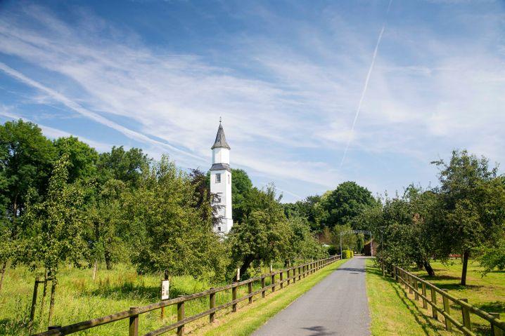Der schlanke Turm ist noch übrig, das Lustschloss der Landesherrin Maria von Jever ist auf dem Gelände von Gut Altmarienhausen nicht mehr zu sehen.