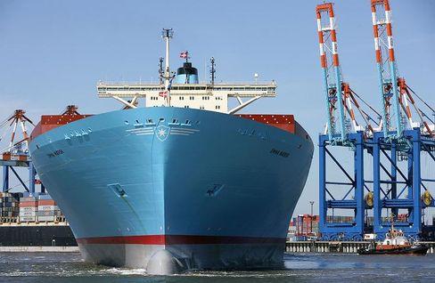 """Immer mehr große Schiffe: Eines der weltgrößten Containerschiffe, die """"Emma Maersk"""", in Bremerhaven"""