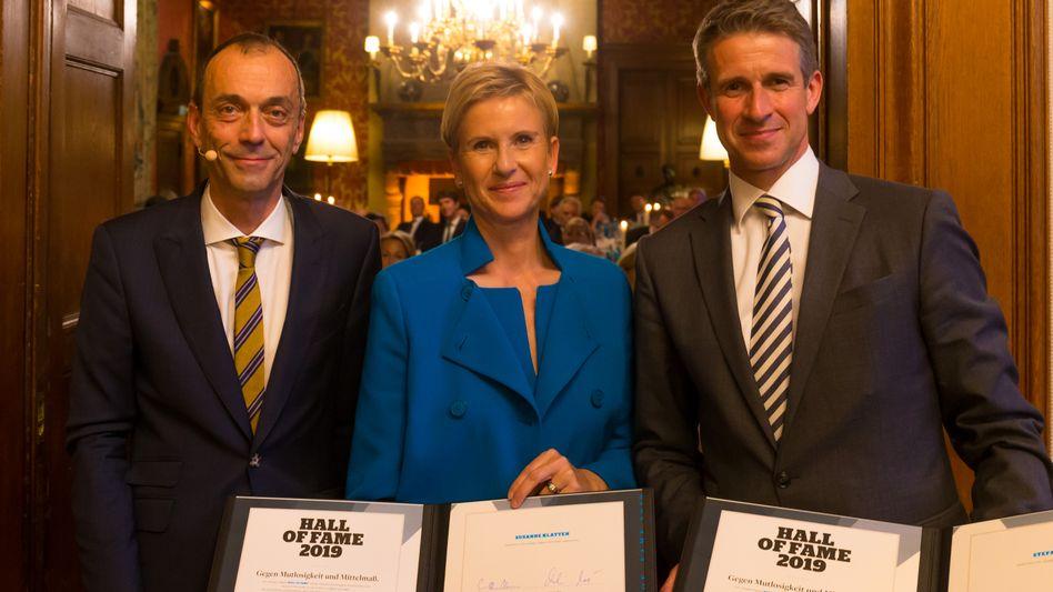 Ehre, wem Ehre gebührt: Die Unternehmer Susanne Klatten (Mitte) und Stefan Quandt (r.) mit mm-Chefredakteur Martin Noé.