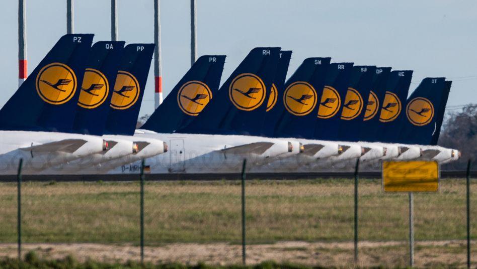 Flugzeuge am Boden, Aktie am Boden: Der seit Monaten anhaltende Lockdown im Zuge der Corona-Epidemie bringt die Lufthansa in existenzielle Not.