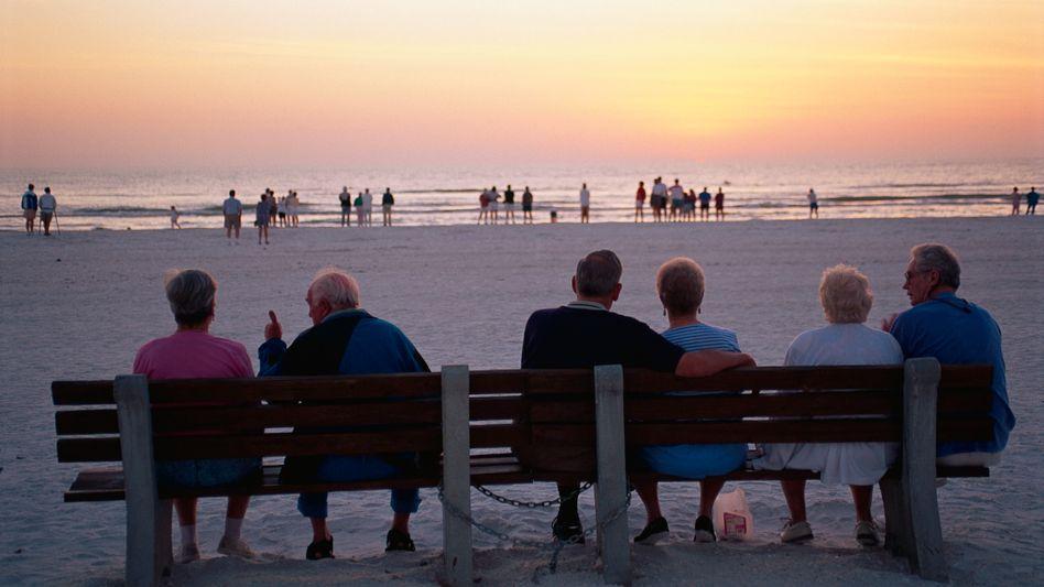 Rentner am Strand: Die Zahl der Beschäftigten in Deutschland steigt weiter an, die Rentenkassen nehmen mehr Geld ein als erwartet. Deshalb wird der Beitragssatz wohl schon 2012 deutlich gesenkt werden