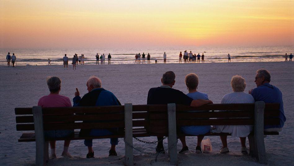 Entspannter Ruhestand: Viele Sparer setzen bei der Altersvorsorge auf den Aktienmarkt - doch wer per ETFs auf den breiten Markt setzt, muss genau auf die Kosten schauen