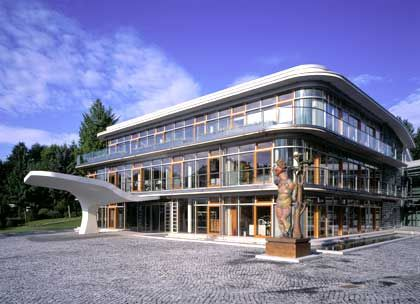 Kunst vor dem Haus: Die Zentrale von Altana in Bad Homburg wurde Ende 2002 fertig gestellt - nach Plänen des Architekten Jochem Jourdan. Kostenpunkt der Baumaßnahme: 20 Millionen Euro.