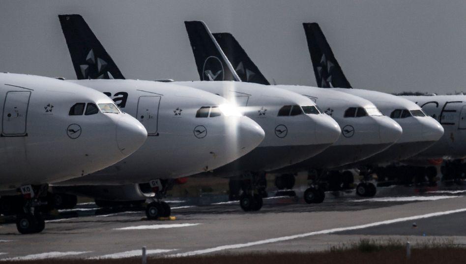 Vorübergehend stillgelegte Lufthansa-Maschinen auf dem Frankfurter Flughafen: Die Passagierzahlen steigen wieder leicht an - sind aber nach wie vor nur ein Bruchteil der Vorjahreswerte.