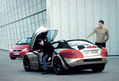 Der Formel-1 Pilot David Coulthard testet den neuen Mercedes-Benz SLR Sportwagen