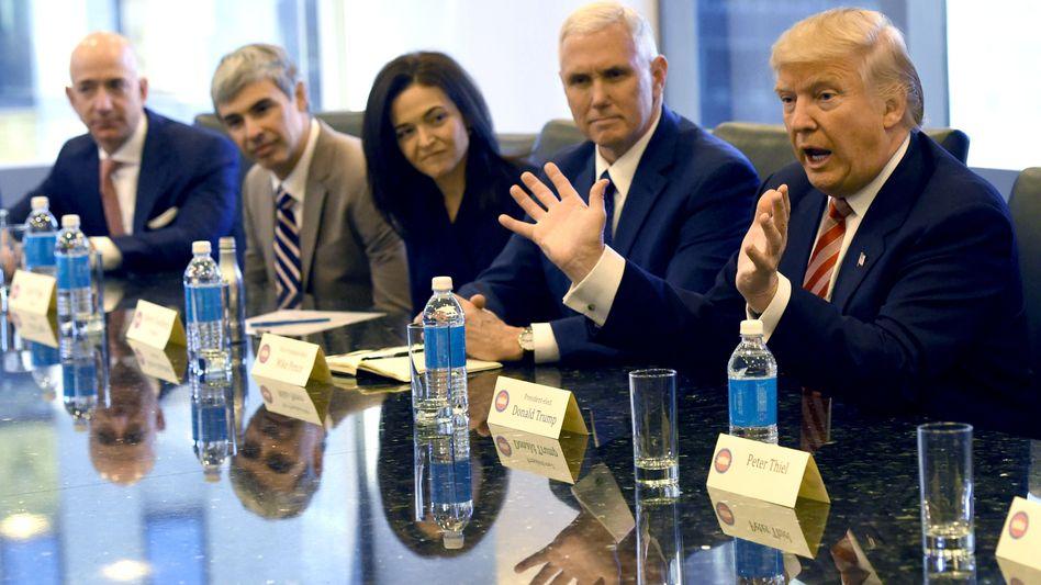 Antrittsbesuch: Kurz nach seiner Wahl 2016 besuchten Jeff Bezos (Amazon), Larry Page (Alphabet) und Sheryl Sandburg (Facebook) die neuen Machthaber Mike Pence und Donald Trump in dessen New Yorker Tower.