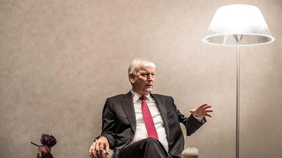 WECHSELSPIEL Schmitz (60) verlor 2012 den Kampf gegen Terium um den RWE-Chefposten. Im Oktober 2016 kehrten sich die Verhältnisse um. Schmitz stieg zum CEO von RWE auf, Eigentümer der von Terium geleiteten Ökostromtochter Innogy.