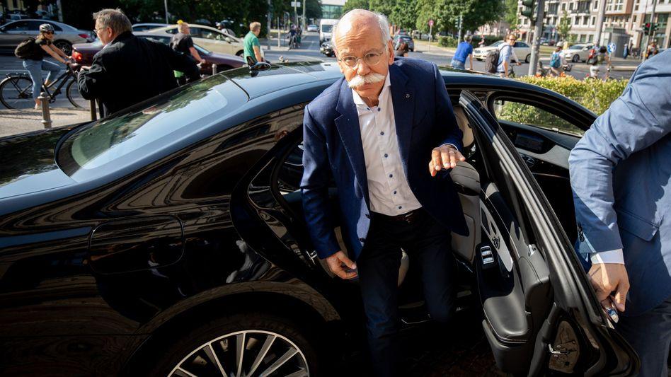 Dieter Zetsche erschien am Montag beim Bundesverkehrsministerium. Minister Scheuer forderte von dem Manager möglichst rasch Aufklärung