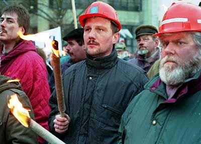 Diese Bremer Vulkan-Arbeiter brachte der Werft-Konkurs um ihren Job. Für die Insolvenzverwalter bedeuten Firmenpleiten dagegen vor allem Arbeit.