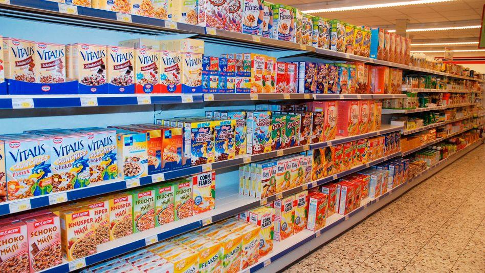 Nestlé Produkte im Regal: Edeka und die europäische Händlerallianz Agecore wollen mit ihrem Bestellstopp bessere Konditionen von Nestlé erzwingen