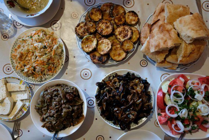 Volkstümliche Küche: Jeden Abend tischen die Gastgeber der Herbergen ein reiches Menü auf