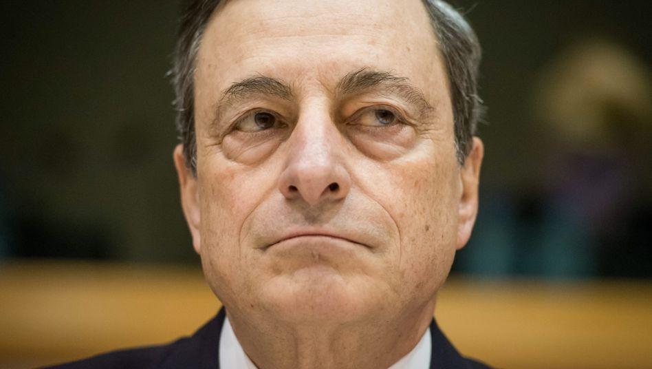 Mario Draghi reloaded: Diesmal will der EZB-Chef beweisen, dass die Notenbank noch Macht über die Märkte hat. In ihrem Bemühen, die Geldvergabe und die Teuerung in der Euro-Zone anzuschieben, greift die EZB zu drastischen Mitteln