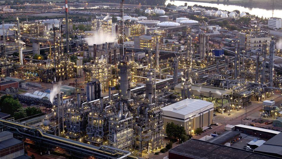 BASF-Werk in Ludwigshafen: Unternehmensanleihen sind zuletzt im Vergleich zur Benchmark - den Staatspapieren der Bundesrepublik Deutschland - im Kurs gefallen