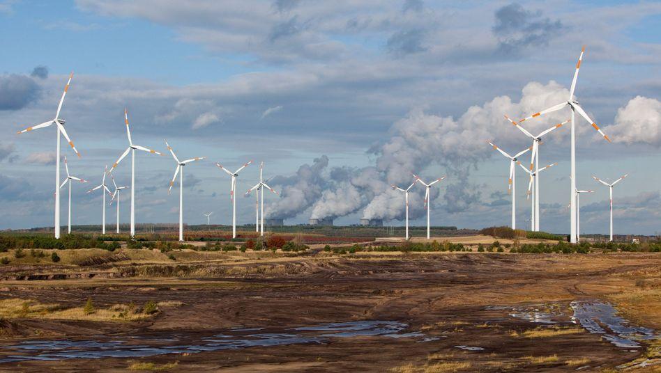 Windräder vor dem Braunkohlekraftwerk Jänschwalde (Brandenburg): Im November waren diese beiden Energieträger im Ranking der wichtigsten Stromquellen erstmals gemeinsam vorn