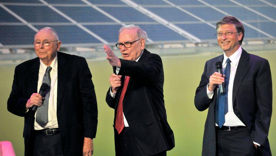 """Berkshire Hathaway. Chef Warren Buffett, Partner Charlie Munger (links): """"Erst wenn wir unsere überschüssigen Mittel in produktivere Anlagen investiert haben, wird unser Lächeln breiter"""""""